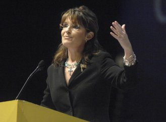Sarah gesturing at NRA Convention