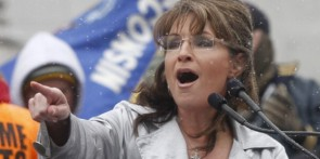 Sarah points during speech at WI Tea Party - snow falling while she speaks