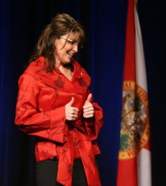 Sarah thumbs up at GOP fundraiser in Orlando