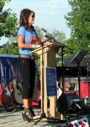 Sarah at podium at Steelman rally
