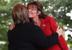 Sarah hugs supporter at Tea Party rally NH