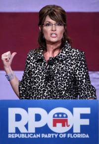 Sarah points over shoulder during Orlando speech - 11-03-11
