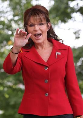 Sarah waves at crowd at TPX rally NH