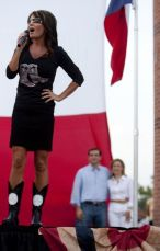 Sarah with hand on hip speaking at Cruz rally in Houston