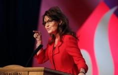 Sarah points during speech at SEU leadership forum