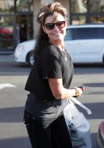 Sarah turns and smiles at paparazzi during LA shopping trip