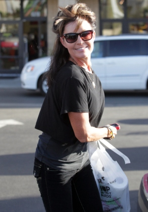 Sarah turns and smiles at paparazzi during LA shopping trip