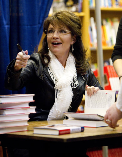 sarah-gestures-at-lexington-ky-book-signing3